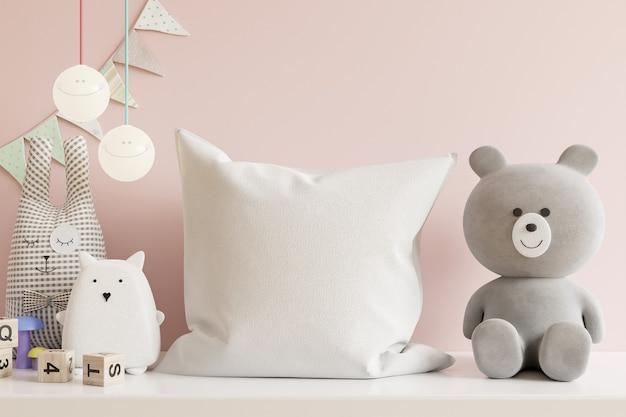 Poduszka w pokoju dziecięcym na jasnoróżowej ścianie