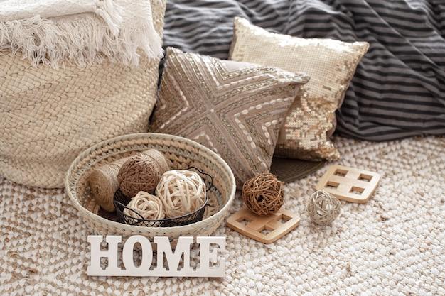 Poduszki dekoracyjne i inne elementy wystroju domu z bliska.