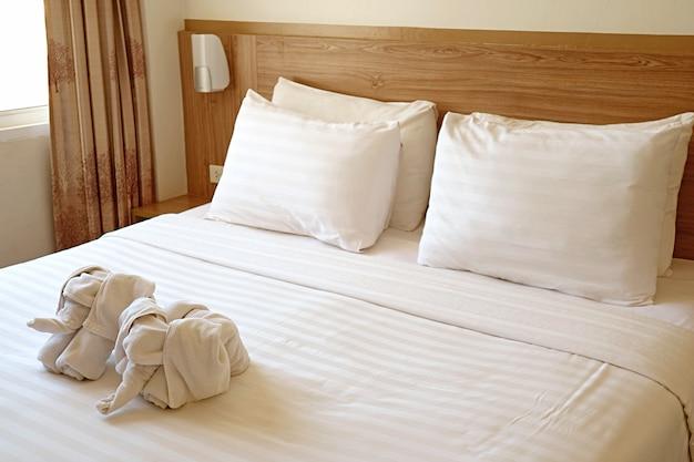 Poduszki i łóżko w pokoju hotelowym