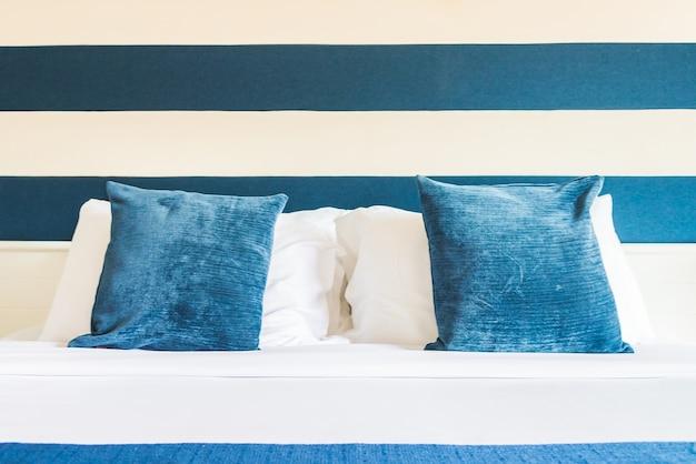 Poduszki łóżko w luksusowym hotelu