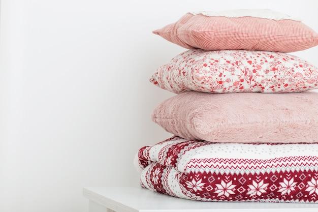 Poduszki na białej ścianie