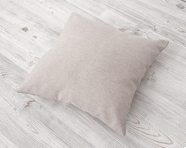 Poduszki na drewnianej powierzchni