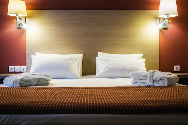 Poduszki na dużym łóżku typu king-size
