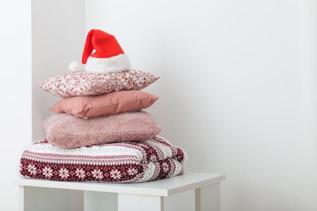 Poduszki na tło bielu ścianie