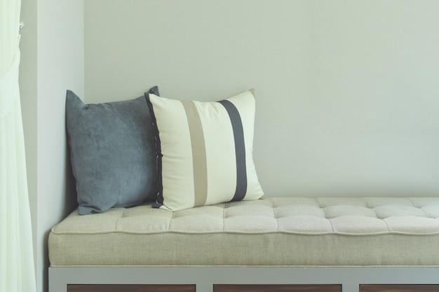Poduszki na wygodnym siedzeniu w salonie