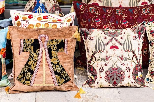 Poduszki orientalne. narodowy bazar tekstylny w stambule