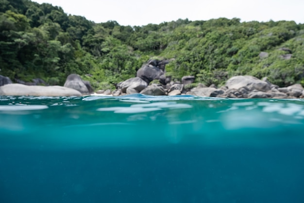 Podwodne i falowe morze powierzchniowe na wyspie andaman