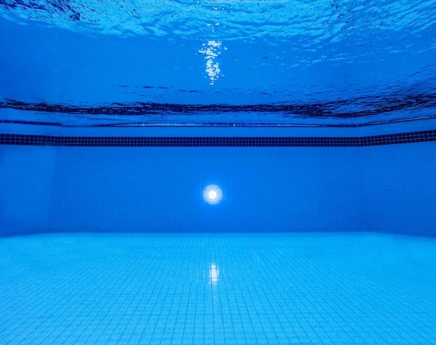 Podwodny widok basenu i niebieskiej tafli wody z falami