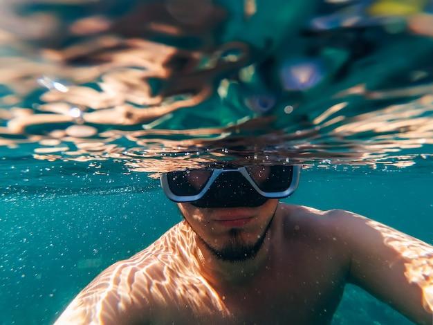 Podwodny widok nurka