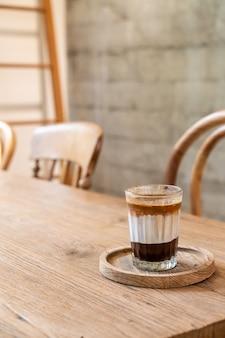 Podwójna brudna filiżanka kawy (kawa espresso z mlekiem i czekoladą) w kawiarni kawiarni