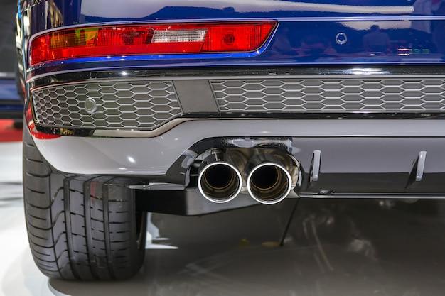 Podwójna chromowana rura wydechowa potężnego samochodu sportowego