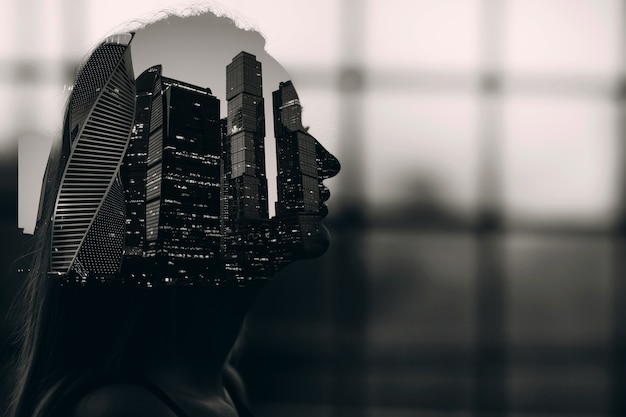 Podwójna ekspozycja czarno-biały portret kobiety sylwetka wewnątrz miejskich drapaczy chmur miejski wysoki budynek