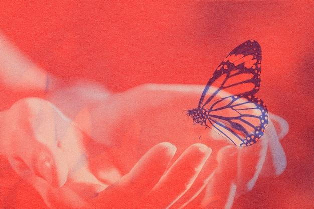 Podwójna ekspozycja dłoni i motyla z remiksowanymi mediami z efektem risografu