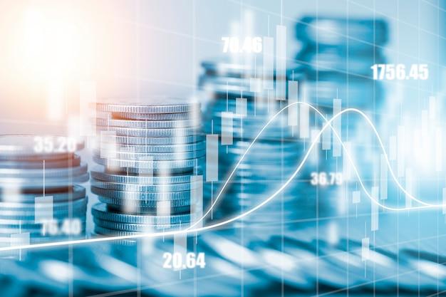 Podwójna ekspozycja monet na wykresie inwestycyjnym i pejzażu miejskim. jest to symbol koncepcji inwestycji wartości akcji.