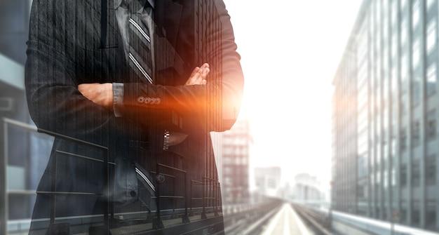 Podwójna ekspozycja obrazu osoby biznesu w nowoczesnym mieście. przyszłość koncepcji technologii biznesowych i komunikacyjnych.