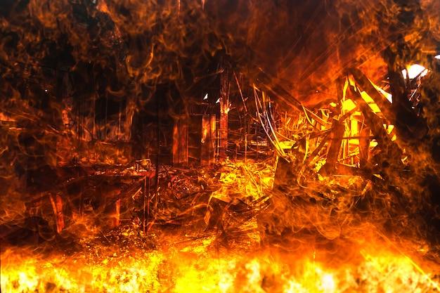 Podwójna ekspozycja spalone wnętrza dekoracji biurowej po pożarze w fabryce