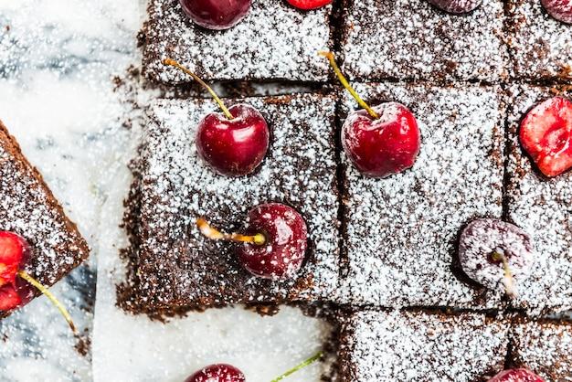 Podwójne czekoladowe ciasteczka z wiśniami