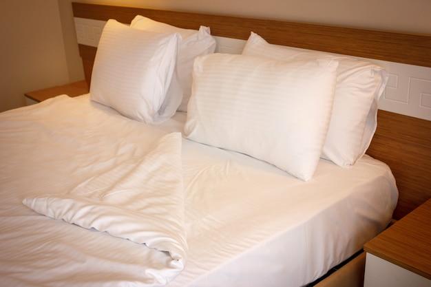 Podwójne łóżko z białą pościelą, przygotowane do spania przed snem