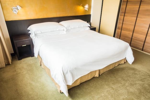 Podwójne łóżko z białą pościelą