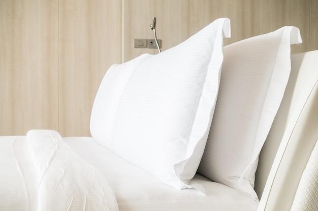 Podwójne łóżko z białymi poduszkami