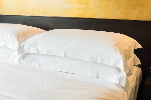 Podwójne łóżko z dwoma poduszkami