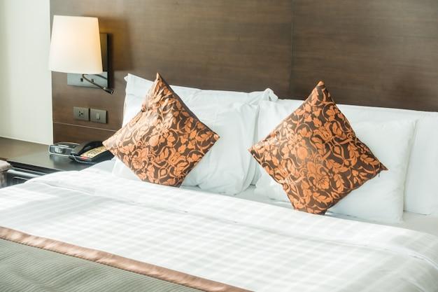 Podwójne łóżko z poduszkami pomarańczowych