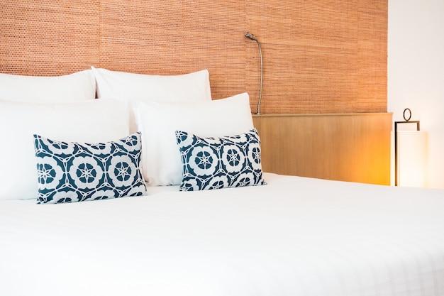 Podwójne łóżko z poduszkami