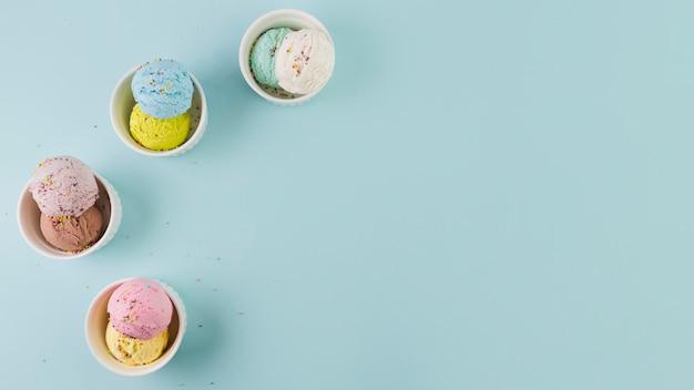 Podwójne łyżki lodów w ceramicznych miseczkach