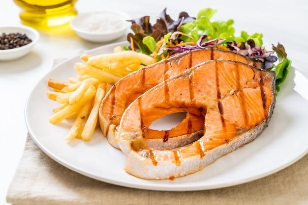Podwójnie grillowany filet z łososia z frytkami