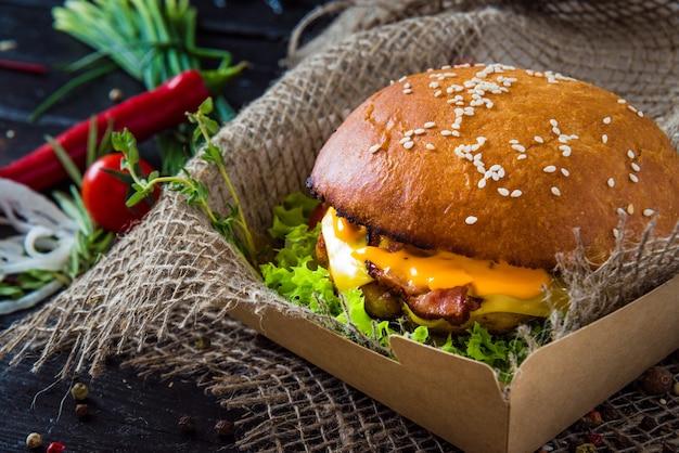 Podwójny burger serowy z pomidorem i cebulą.