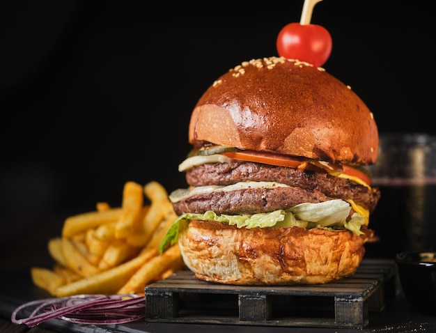 Podwójny cheeseburger wołowy z amerykańskimi frytkami