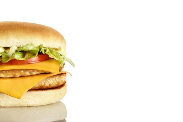 Podwójny hamburger z kotletami mięsnymi, serem, pomidorem, sałatą i sosem.