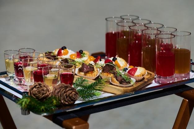 Podwórkowe przyjęcie przy grillu latem elegancka dekoracja luksusowy catering smaczne i piękne jedzenie na otwartej...