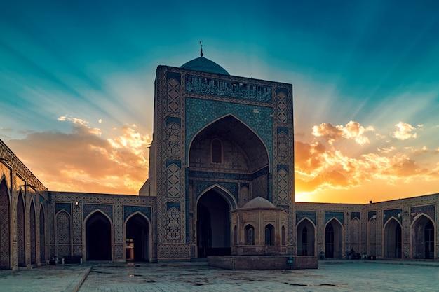 Podwórze kalyan meczet przy zmierzchem, bukhara, uzbekistan