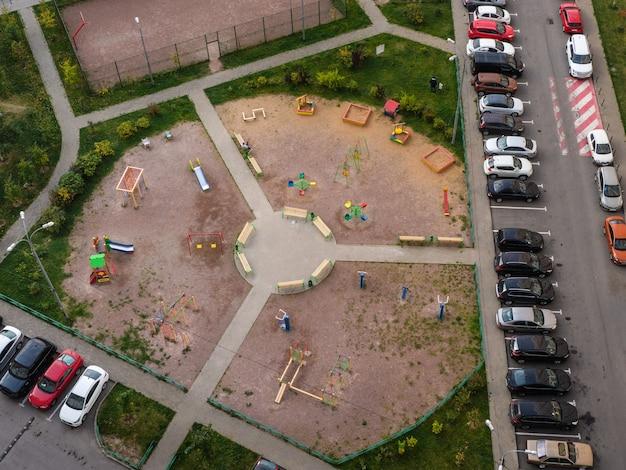 Podwórze, Parking Na Podwórku, Wokół Placu Zabaw Dla Dzieci Premium Zdjęcia