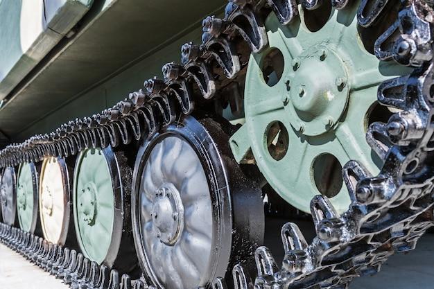 Podwozie z gąsienicami i zjeżdżalniami sprzętu wojskowego