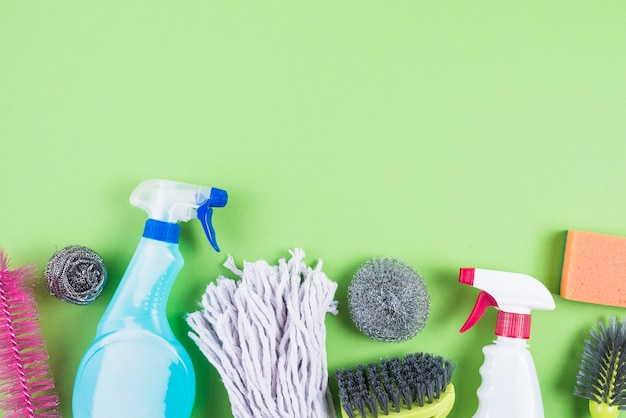 Podwyższony widok cleaning dostawy na zielonym tle