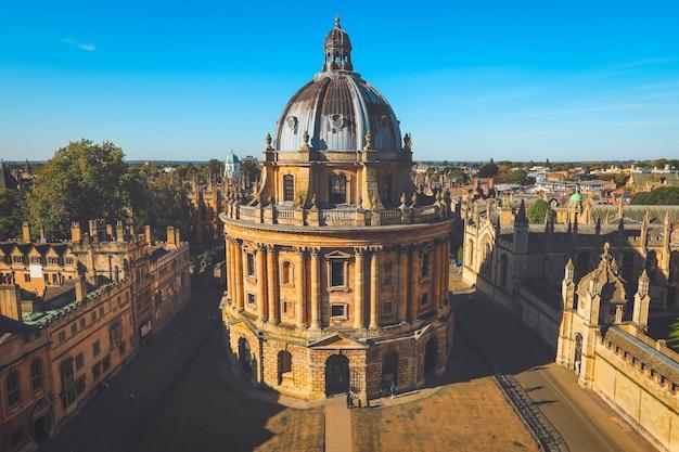 Podwyższony widok kamery radcliffe to dodatkowe czytelnie dla biblioteki bodleian w oksfordzie w anglii