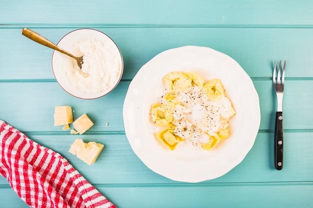 Podwyższony widok makaron i ser na stole