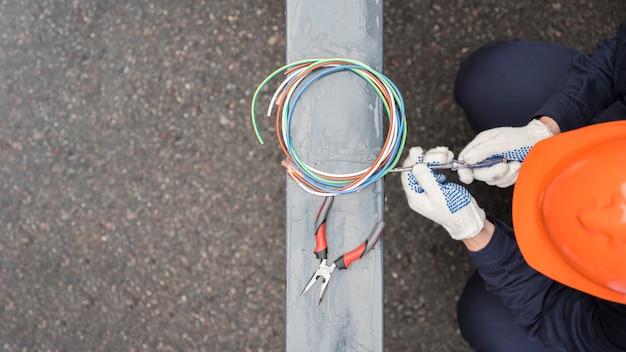 Podwyższony widok męski elektryk przy pracą