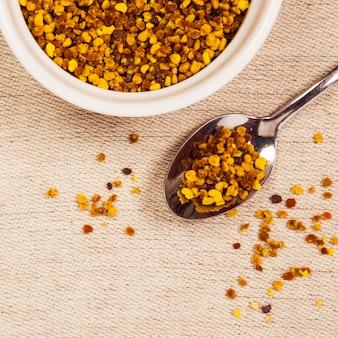 Podwyższony widok organicznego pyłku pszczół