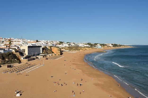Podwyższony widok praia dos pescadores, albufeira, algarve, portugalia,