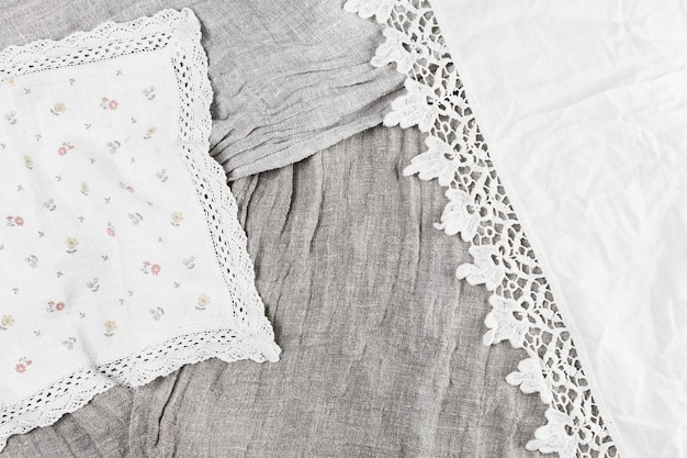 Podwyższony widok różnorodnej tkaniny z koronkowym faborkiem