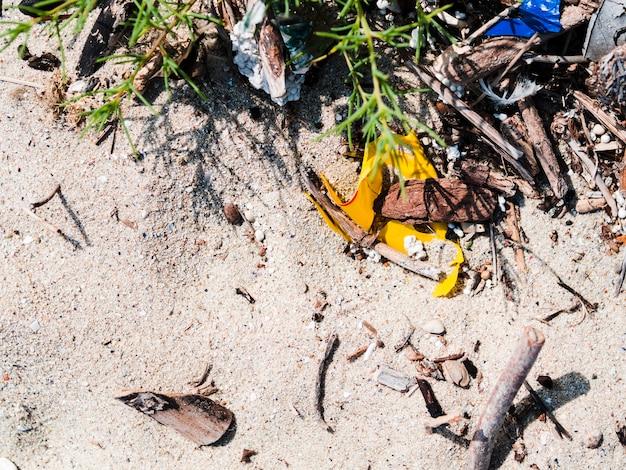 Podwyższony widok śmieci na piasku przy outdoors