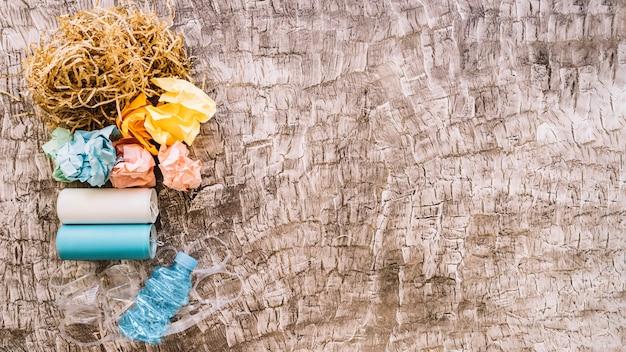 Podwyższony widok śmieci nad drewnianym tłem