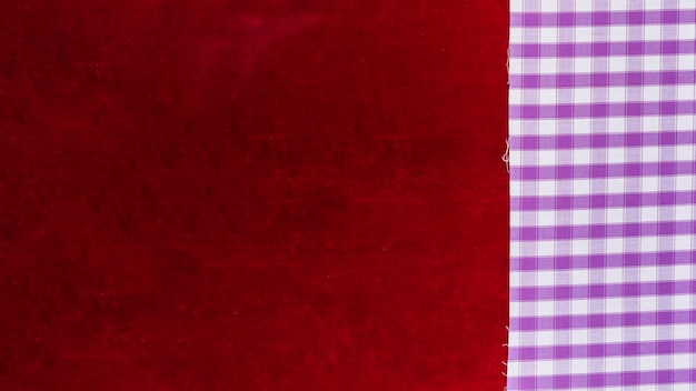 Podwyższony widok tkaniny w kratkę i tkaniny bordowy zwykły