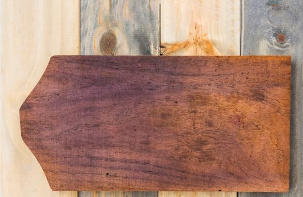 Podwyższony widok tnąca deska na drewnianym tle