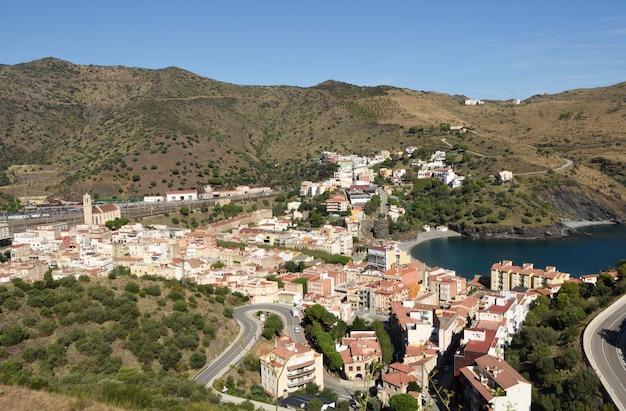 Podwyższony widok wioska portbou, costa brava, prowincja girona, katalonia, hiszpania