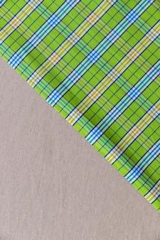 Podwyższony widok zielony w kratkę wzór na prostej tkaninie