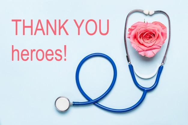 Podziękowania dla bohaterów opieki zdrowotnej plakat pandemiczny covid-19. stetoskop i piękne różane serce. dzięki lekarzom, pielęgniarkom, pracownikom szpitala.
